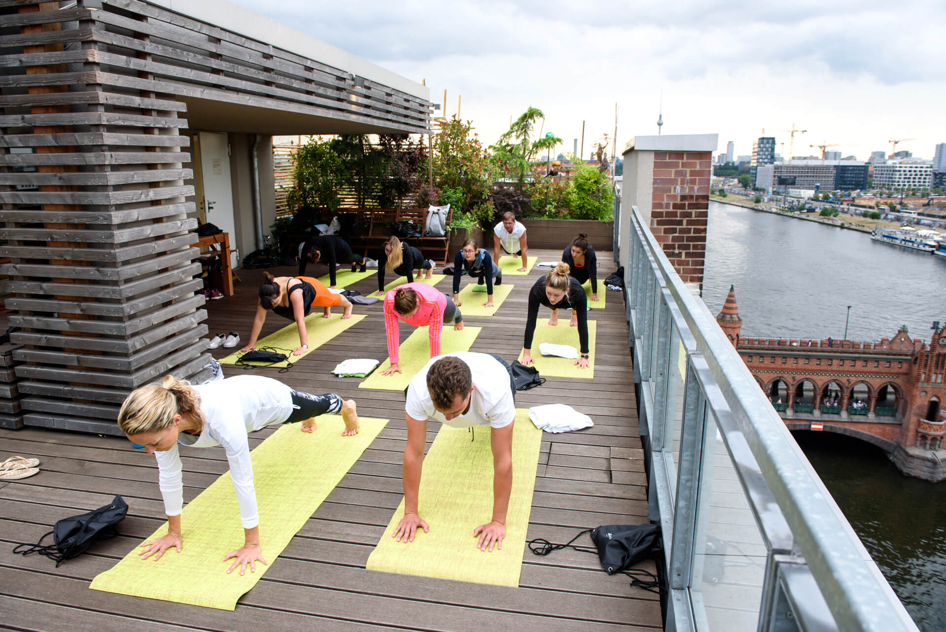 Fabletics-Rooftop-Yoga